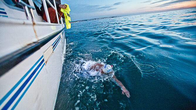 Po ciemku w lodowatej, pełnej meduz, wodzie