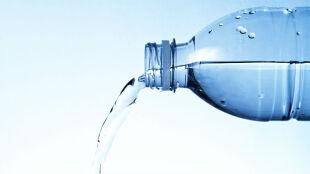 Nabici w butelkę? Naukowcy zachęcają do picia kranówki
