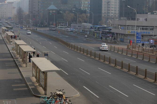 Ulice miasta Wuhan opustoszały (WU HONG/PAP/EPA)