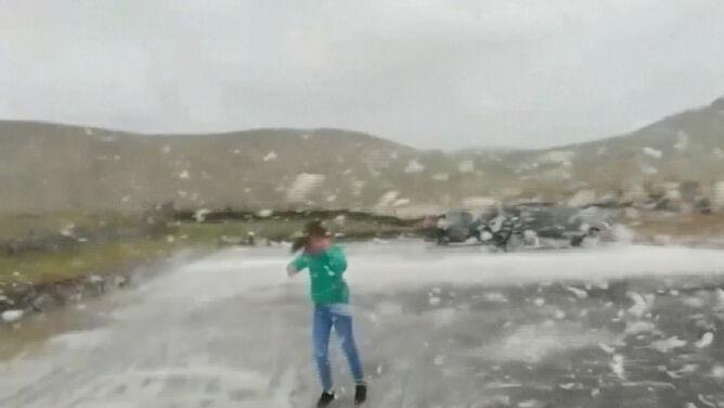 Wzburzony ocean wyrzucił na brzeg pianę. <br />Jorge w Irlandii